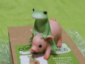 カエルと豚の置物