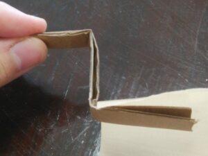 段ボールを折り畳んで作った引っ掛け装置